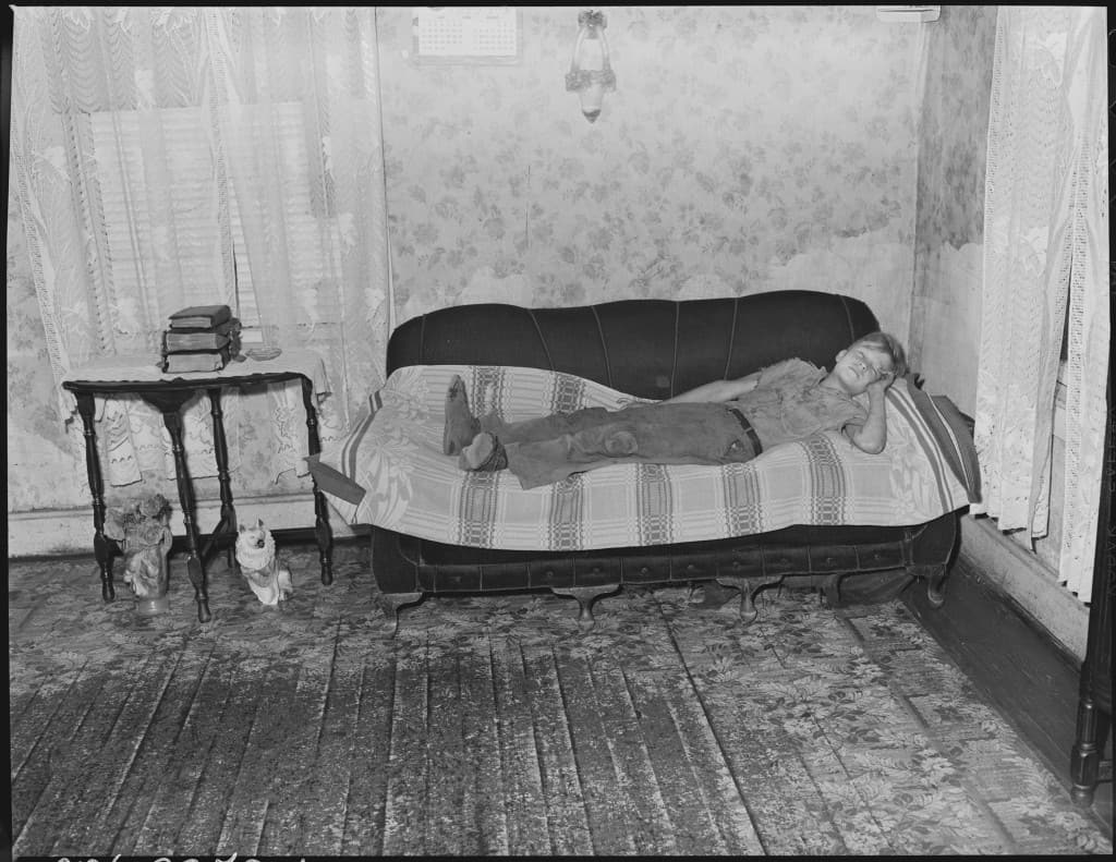 Child_of_Murray_Price,_miner,_asleep_on_couch_where_he_normally_sleeps_at_night._Black_Mountain_Corporation,_30-31..._-_NARA_-_541262