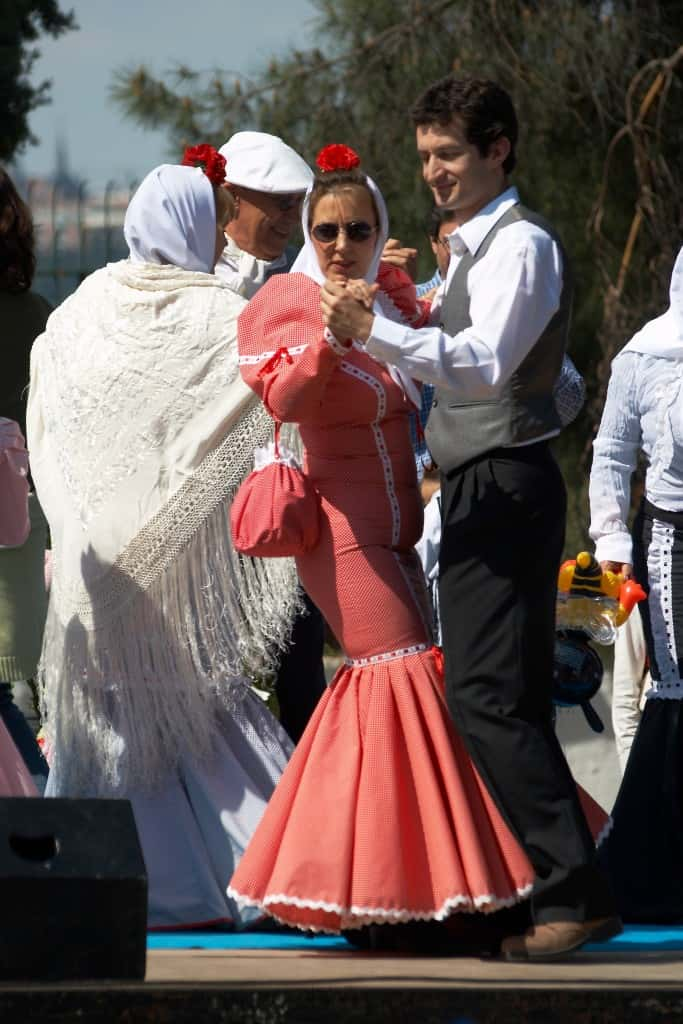 Courtesy of http://commons.wikimedia.org/wiki/File:Madrid_-_Fiestas_de_San_Isidro_-_Chulapos_-_20070515-16.jpg